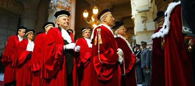 """20080124 - POL - ROMA - ANNO GIUDIZIARIO; DOMANI INAUGURAZIONE CON PRODI   - I giudici arrivano nell'aula principale del """" Palazzaccio """" dove si svolge la cerimonia di inaugurazione dell'anno giudiziario,  in un 'immagine d'archivio.  E' tutto pronto, a Piazza Cavour, per la solenne cerimonia di inaugurazione dell'anno giudiziario. Indipendentemente dalle sorti del governo, toccherà comunque a Romano Prodi prendere brevemente la parola - domani mattina in Cassazione alla presenza del Presidente della Repubblica Giorgio Napolitano e del Presidente della Camera Fausto Bertinotti - per illustrare, come premier (in carica o dimissionario) con interim alla giustizia dopo le dimissioni del Guardasigilli Clemente Mastella, alcune considerazioni anche programmatiche sul sempre agonizzante sistema giudiziario italiano.GIUSEPPE GIGLIA /  ANSA ARCHIVIO / BGG"""