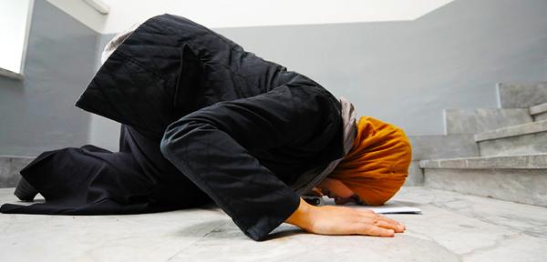La preghiera di una Studentessa Musulmane al Politecnico, Torino,21 Novembre 2011. ANSA/ ALESSANDRO DI MARCO